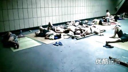 【拍客】重庆61年来同日最热42.7度 市民避暑下地下睡觉