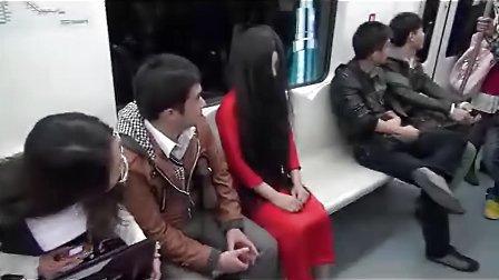 地铁车厢惊现红衣女鬼