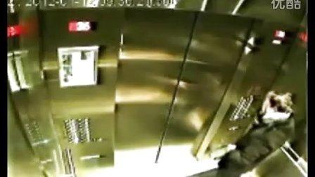 发生在电梯里的惊人一幕 差点闹出狗命来