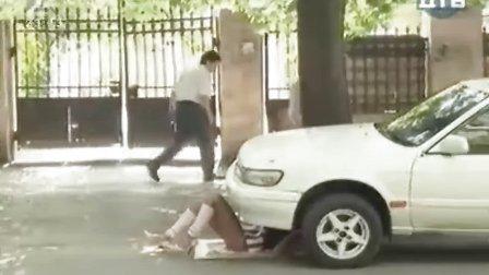 美女露底躺地修车 如此艳遇叫哥路过怎能不偷看