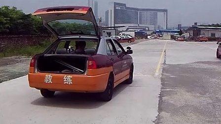 環球駕校吳教練教學美女離合器控制車輪位置判斷練習