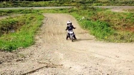 【发现最热视频】太酷了!2岁熊孩子的越野摩托秀
