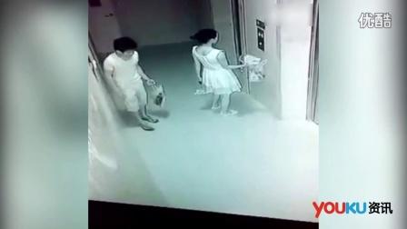监拍女子搭乘电梯 猥琐男偷摸裙底
