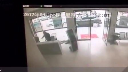 福建一男子持刀闯入银行 保安连中2刀倒地身亡