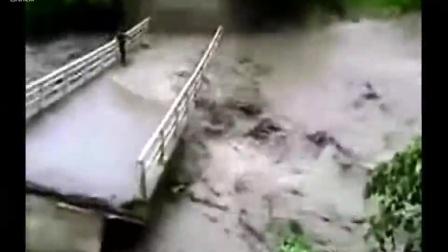 泰国民众在桥上看洪水了找乐子,结果下一秒悲剧了
