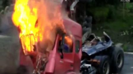 半挂车撞车,驾驶室变形,驾驶员熊熊大火中呼喊,结果无救