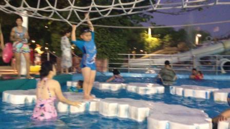 【6岁】8-28哈哈在热带风暴水上乐园玩横跨漂浮浮板IMG_9136.MOV