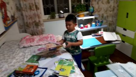 【6岁】8-31哈哈整理一年级开学课本,小肚子像个西瓜video_191320