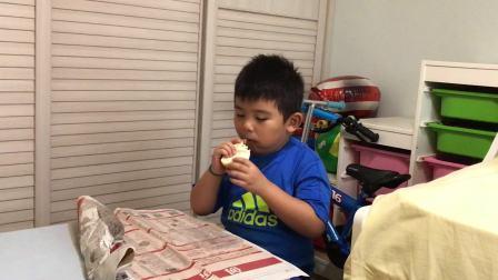 【6岁】8-21哈哈吃饭眨眼乱动,自己自制三明治IMG_3851.MOV