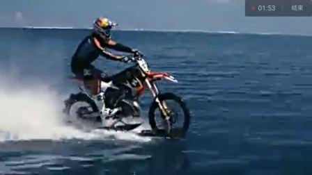 牛人驾驶着改装过得摩托车在水中行驶上演了速度与激情