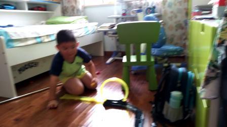 【6岁】10-1哈哈跟爷爷玩笔尖旋转赛车,赛车轨道video_081957