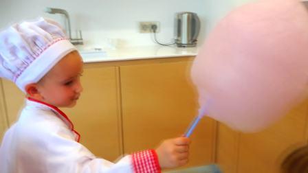 有趣的婴儿和棉花糖! 孩子们假装玩儿童厨师家庭乐趣糖果
