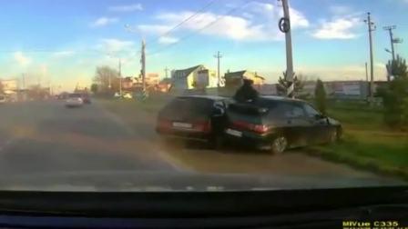 塞雁汽车>好可怕-国外公路上横飞来的车祸