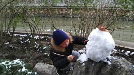 【6岁半】1-27哈哈在桂林公园雪人创作,雕刻雪人面部VID_102859