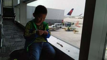 【6岁半】2-22哈哈在美国底特律机场达美航空转机数美元硬币VID_121932