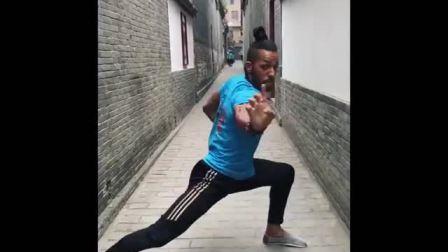 Bboy Shaolin 在保定街头演练 洪拳