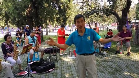 北京开心歌友会(下马酒之歌)指挥:陈和平老师,电子琴演奏:玲玲团长,2018年8月26日周日下午,北京天坛公园东二门北侧。
