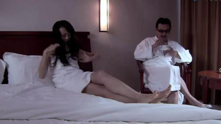 领导看女销售的翅膀硬了这个女人回家在自己的男人面前上床亲吻真是羞死了