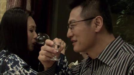 男人参加同学聚会,被起哄,无奈跟美女喝了杯交杯酒!