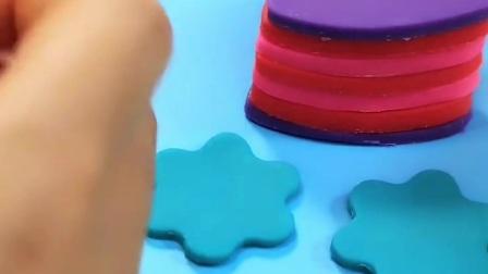来看看制作蛋糕的过程吧、有好多黏土和道具哦、你们能做出什么呢?