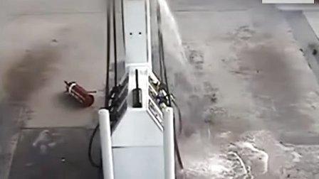 女子加霸王油逃跑时被油管弹飞...拍摄:黄富昌 制作:黄富昌