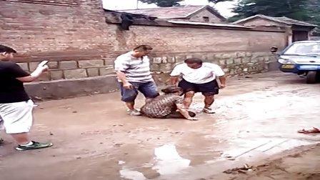 中国百强县邹平的两年轻人殴打66岁残疾老人......