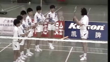 学打羽毛球