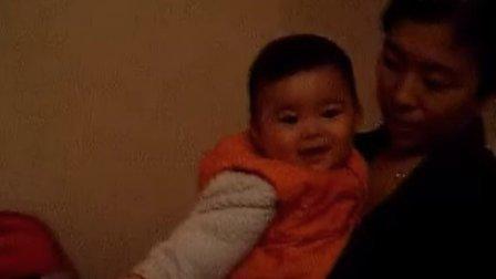 【五个月大】11-16妈妈抱着哈哈玩