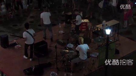 【拍客】光谷街头乐队引爆夏夜激情演出围观者众多