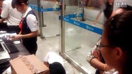 【手机拍客】航班延误4小时  东航员工疑装死回避乘客