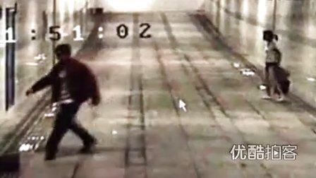 【拍客】旅店女老板深夜火车站揽客遭男子猥亵殴打