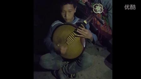 彝族孩子弹奏彝族乐器