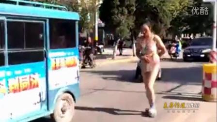 实拍澄城县女子穿内衣大街行走 疑做小三被扒衣