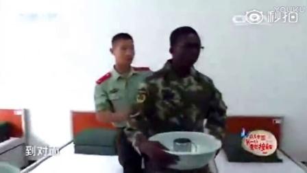 外国人和中国军人学习叠被子,看到整齐豆腐块,表情精彩了