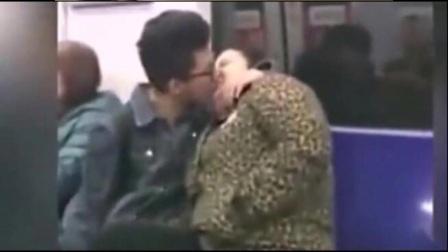 20岁小伙与50岁胖大妈地铁上,狂吻近一分钟 11