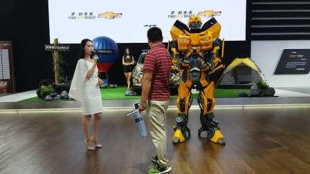 宁波国际汽车博览会 雪佛兰展区(美女主持人现场互动 大黄蜂机器人合影留念)地址:国际会展中心 2017.8