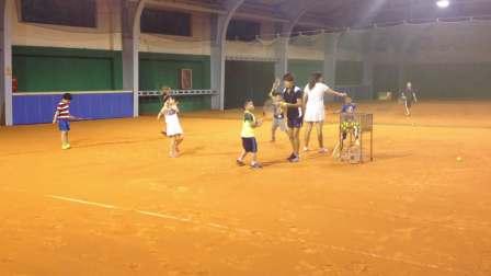 【6岁】9-20哈哈在室内红土网球场训练反手挥拍IMG_9179.MOV