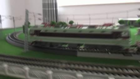 韶山3电力机车牵引4节L18粮食车与东风7C内燃机车牵引3节守车在环形铁路运行