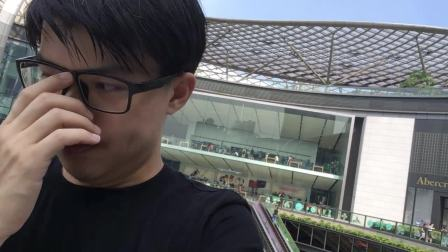 在苹果体验店前自拍 by悲鸿
