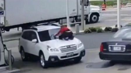 监控实拍:女司机跳上车顶保护被抢劫的座驾 孩子还在后座...