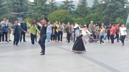 西宁中心广场藏族锅庄视频(178)《芒康弦子18分种》