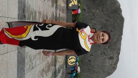 七台河市旗袍协会模特队6月15日在人民公园展演活动。