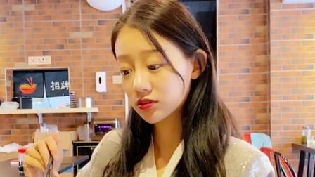 祝晓晗妹妹搞笑短剧:姑娘去餐厅吃饭,闻到一股奇怪的味道,结局笑逗了