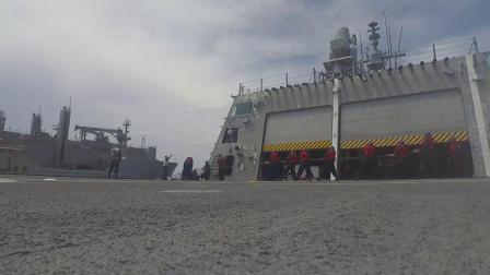 美海军独立级濒海战舰嘉贝丽吉佛斯号于南海由塞萨尔查韦斯号干货弹药船进行海上补给