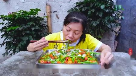 大姐吃顿好的,买6斤南瓜苗,配一把粉丝一锅烧,又香又辣吃过瘾_超清