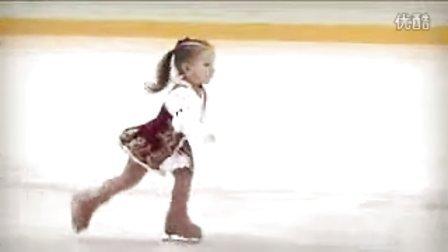 超级可爱的两岁小女孩花样滑冰
