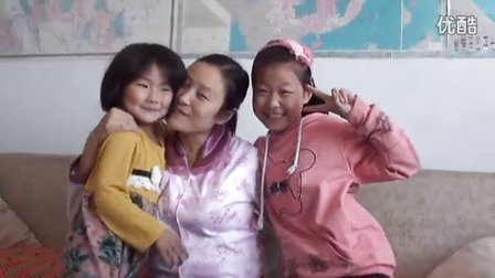 """【拍客】女儿亲吻母亲高呼""""我爱你妈妈"""""""