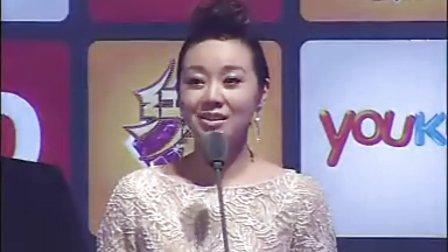 闫妮获得年度人气女演员奖 称影迷让自己温暖44
