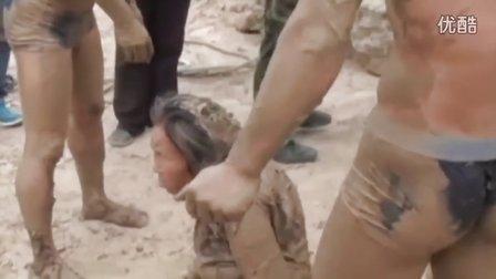 中国:妇女陷淤泥,消防员施救