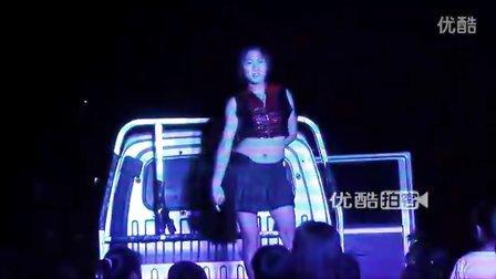 【拍客】辣妹街头性感炫舞引围观喝彩